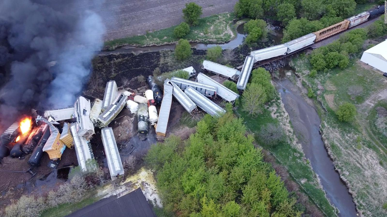 USA -Train Carrying Chemicals Derails & Explodes